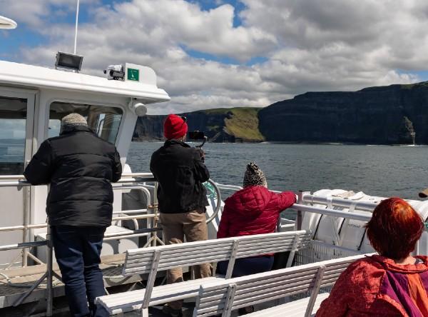 Sehen Sie die Cliffs of Moher vom Meer aus